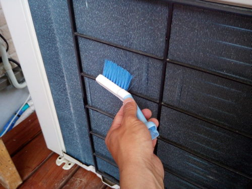 エアコン室外機の裏側のホコリを取り除くためのブラシ