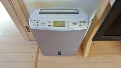 除湿機を使って部屋の湿度を下げる