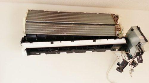 エアコン水漏れドレンパンつまりを取り除くためにドレンパンを分離