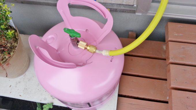冷媒ガスタンクにチャージホースが接続されたところ