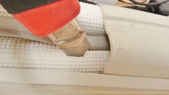 室内機側の配管カバーに切れ込みを入れる