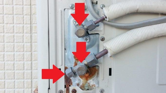 エアコン室外機のバルブキャップからの冷媒漏れ