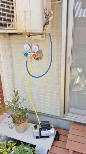 真空ポンプでエアコン配管の真空引きを行う