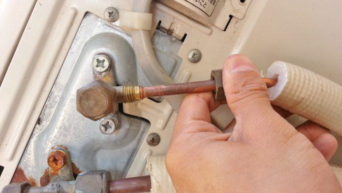 フレア加工した配管を接続する