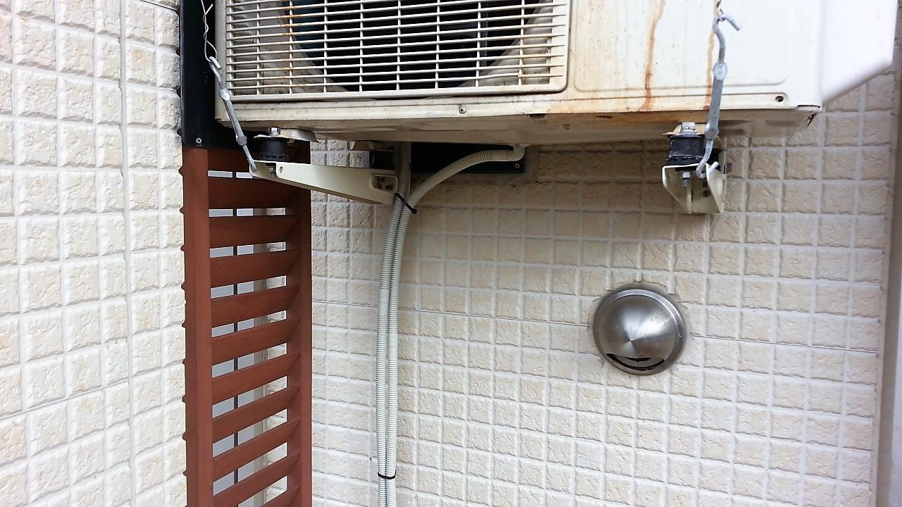 エアコンの室外機にドレンホースを取り付ける