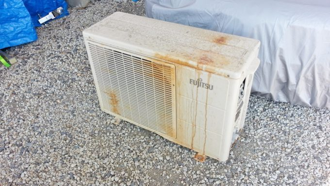 自分で取り外したエアコンの室外機