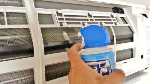 エアコン洗浄スプレーでフィンのカビ汚れを取り除く