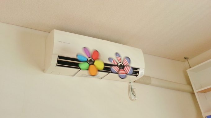 エアコンの吹き出し口に風車をつける