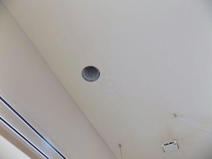 2階から冷風が吹き出す穴
