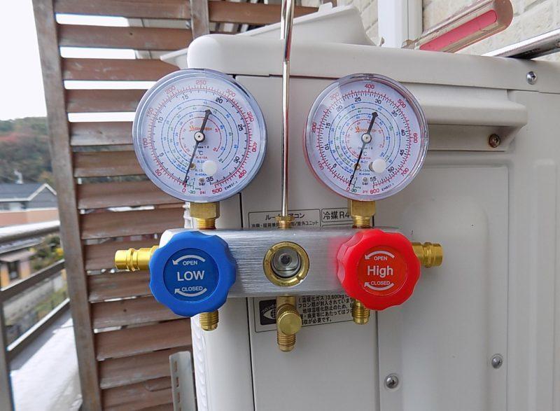 冷媒ガスの圧力を測定するゲージマニホールド