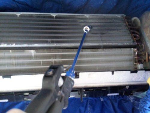 エアコン洗浄機でアルミフィンのカビ汚れ落とし