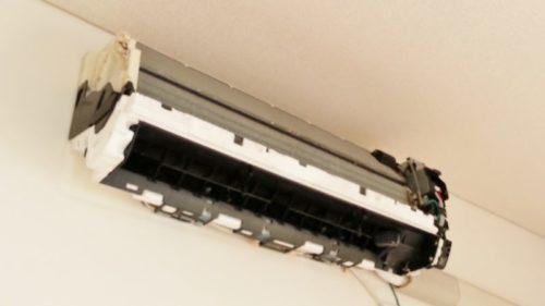 エアコン掃除で本体カバーを取り外したエアコン