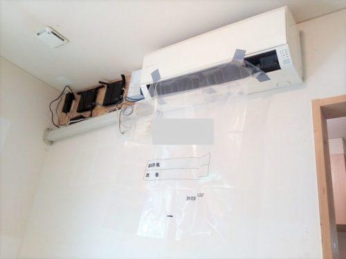 エアコン水漏れ修理でビニール袋をエアコンの吹出口に取り付け