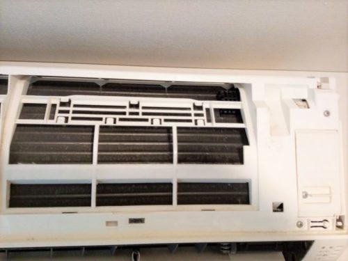 エアコンの全面パネルを開いたところ