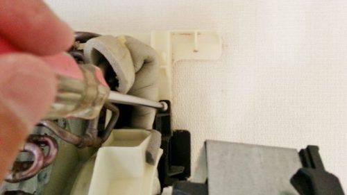 エアコンのドレンパンを固定しているビスを取り外す(右側)